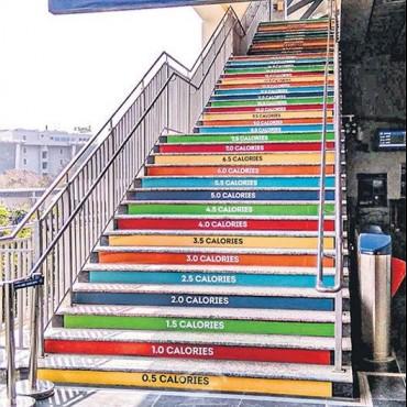 Лестница счетчика калорий на станции метро Raidurg в Хайдарабаде