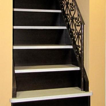 Обшивка готовой бетонной лестницы с кованым ограждением, г.Павловский Посад