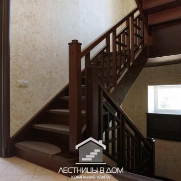 Лестница с ковровыми накладками на ступенях в г. Электросталь