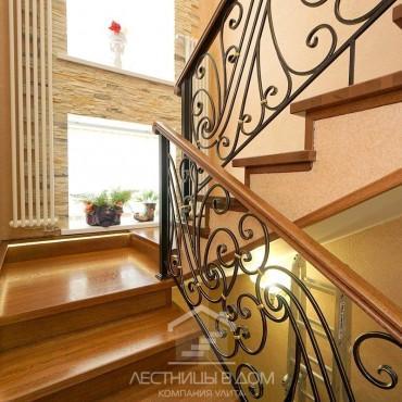 Дубовая лестница с кованым ограждением и подсветкой г. Павловский Посад