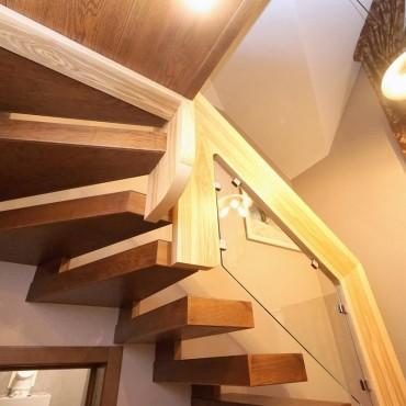 Лестница консольная с оригинальным стеклянным ограждением