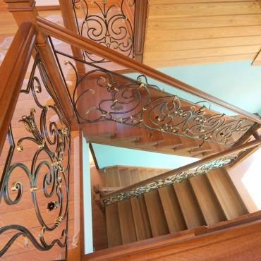 Обшивка бетонной лестницы дубом с кованым ограждением г. Павловский Посад